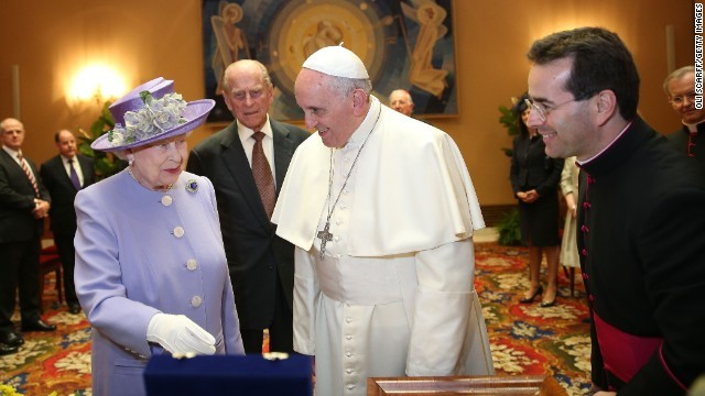 pope-meets-queen-0403-horizontal-gallery
