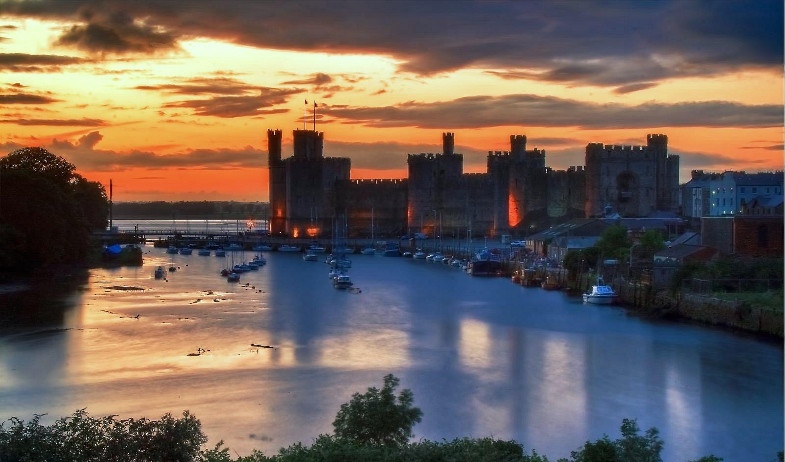 Caernafon_Castle_-_Seiont_sunset